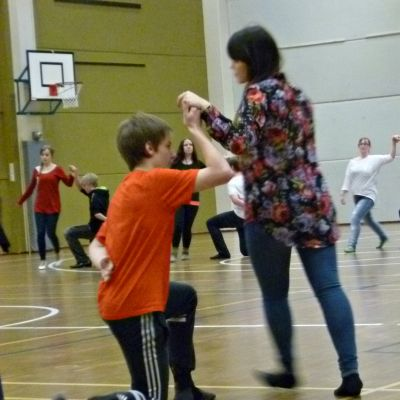 Orimattilan Erkko-lukion toisluokkalaisia vanhojen tanssien pyörteissä.