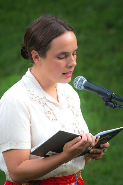 Matilda Södergran läser egna dikter på lyrikfestival i augusti 2019.