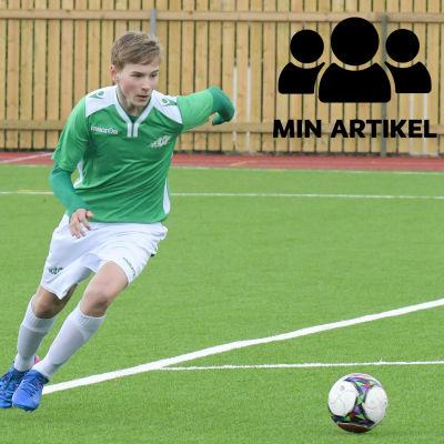 En ung man spelar fotboll.