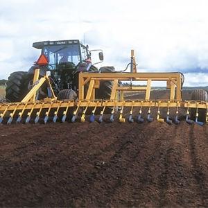 Traktor bearbetar Vapos myr för torvproduktionen.