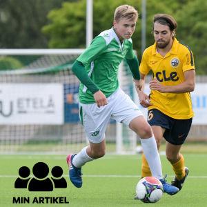 Simon Lindholm springer med bollen i fötterna.