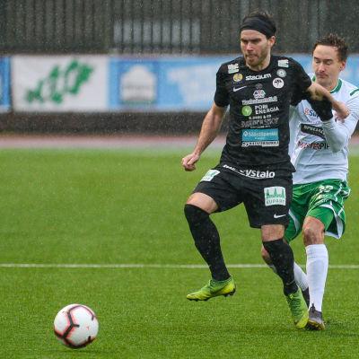 EIF:S Ville Sevon och MuSas Juuso Aalto i kamp om bollen.