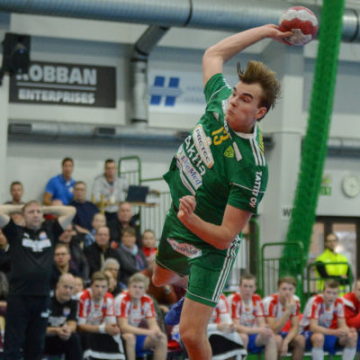 SIF:s Vincent Voutilainen kastar bollen mot mål.