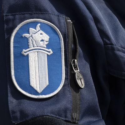 Polisärm med polisens märke