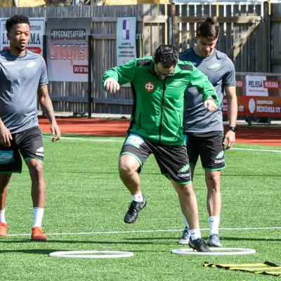 Tränaren visar för spelarna hur övningarna ska göras.