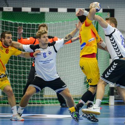 Oscar Kihlstedt och Richard Sundberg kämpar om bollen