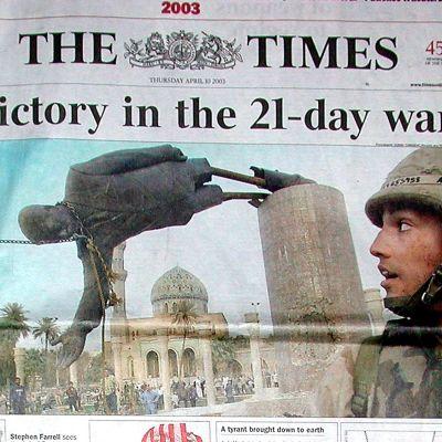 The Times förstasida den 10 april 2003 utropar seger i Irakkriget med bild på statyn av Saddam Hussein i Bagdad som störtas.