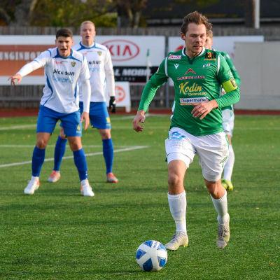 Zacharias Ekström löper med bollen.
