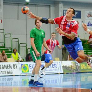 Nico Rönnberg skjuter ett hoppskott.