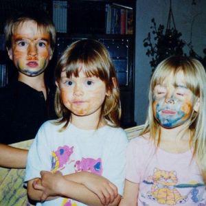 Mathias Lillmåns, siskot ja kaveri Kissin asuissa