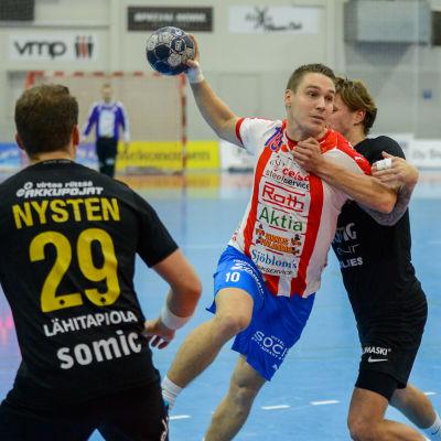 Victor Westerlund skjuter bollen mot mål.