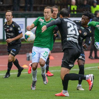 EIF:s Ville Sevón omringad av KPV-spelare.