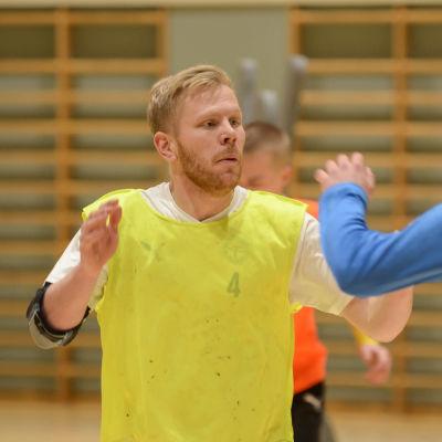 HC HIK:s Mathias Sandblom står med händerna i luften.
