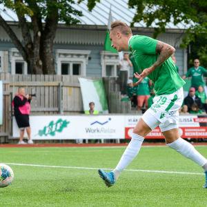 EIF:s Juuso Liukkonen styr bollen i mål.