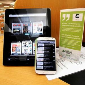 En läsplatta och en smarttelefon med en e-tidningstjänst öppen på skärmarna