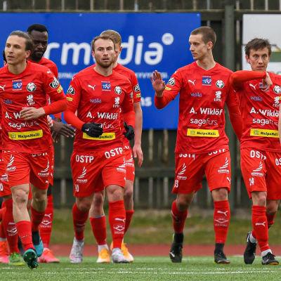 FF Jaros spelare marscherar.