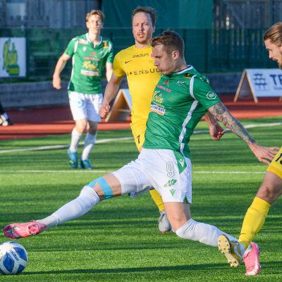En spelare sträcker sig efter bollen.