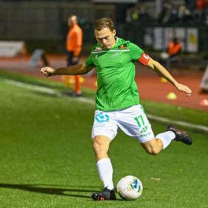 Zacharias Ekström sparkar iväg bollen.