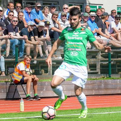 EIF:s Felix de Bona driver med bollen längs sidolinjen.