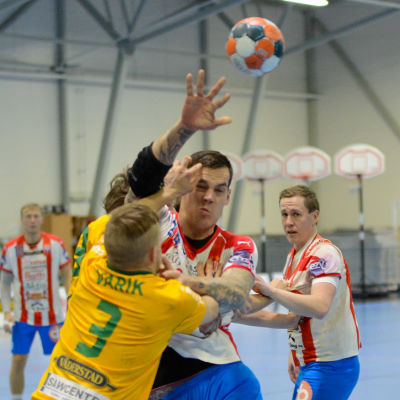 SIF:s Ott Varik stoppar BK:s Nico Rönnberg.