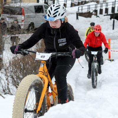 Jasmin Kansikas cyklar upp för en backe.
