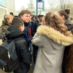 Fjortonåriga Milo Vrambout diskuterar med sina klasskamrater.