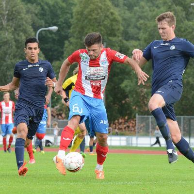 BK:s Mergim Bushi löper mellan två FC Espoospelare.