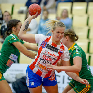 Sirja Lassinharju-Heinonen hoppar in i målgården och skjuter ett skott.