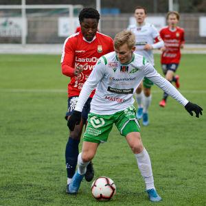EIF:s Jakob Gottberg skyddar bollen för en motståndare-