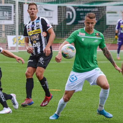 EIF:s Juuso Liukkonen tar kontroll på bollen, VPS:s Miika Niemi och Ville Koskimaa följer med.