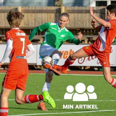 Tre spelare kämpar om bollen.