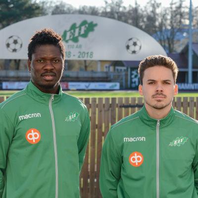 Två fotbollsspelare i gröna kläder.