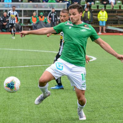 Joona Tapani sparkar iväg bollen.