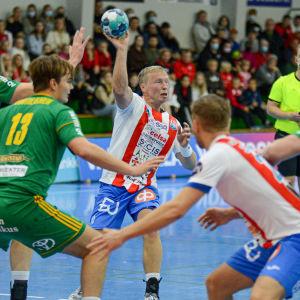 Jac Karlsson med bollen mot SIF-försvaret.