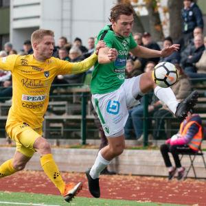 Två spelare fightas om bollen.