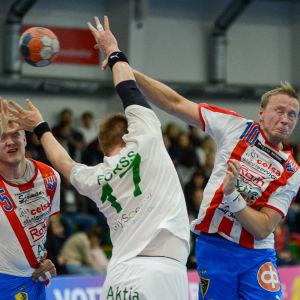 Karlsson kastar bollen och Forss täcker.