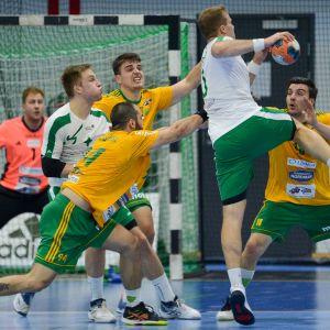 En GrIFK-spelare skjuter ett hoppskott och SIF-försvaret täcker.