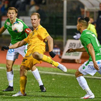 Oulus Niklas JOkelainen sparkar bort bollen, EIF:s Zacharias Ekström och Daaren Smith hinner inte med.