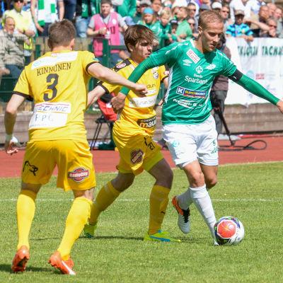 Ekenäs IF:s Johan Estlander med bollen. I förgrunden syns Juri Kinnunen från TPS.