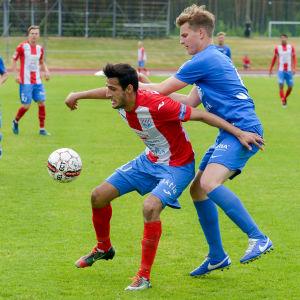 BK:s Farah Ahadi har kontroll på bollen med en HJS-spelare bakom ryggen.