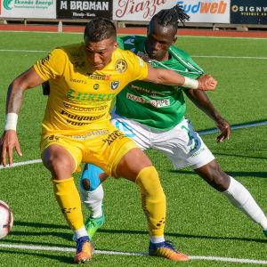 Ekenäs IF:s Benga Samba i närkamp med en spelare från AC Oulu.