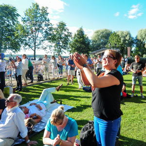 Stallörsparken i Ekenäs fylls igen en gång av en förväntansfull konsertpublik.