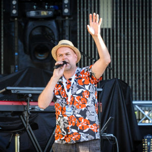Artistansvarige Niklas Rosström introducerade banden.
