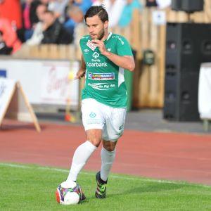 Juuso Aalto springer med bollen.