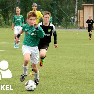 EIF:s fotbollsjuniorer spelar fotboll i Örebrocupen.