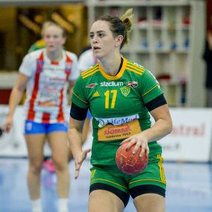 Madeleine Lindholm utmanar en motståndare.