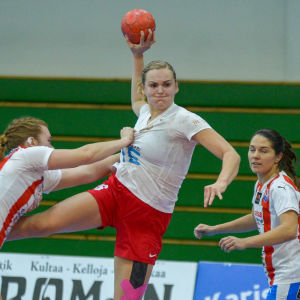 HIFK:s Ida väyrynen skjuter ett hoppskott.