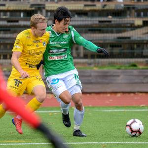 EIF:s Daisuke Uemura skyddar bollen bra.