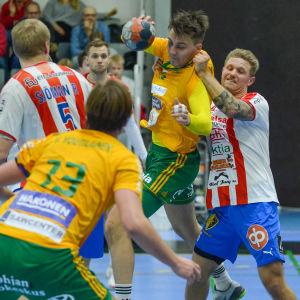 En BK-spelare stoppar en SIF-spelare genom att riva honom i skjortan.