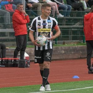Sebastian Strandvall står vid linjen och ska ta ett inkast.